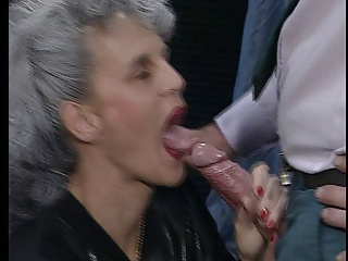 GRANNY GIVES A GOOD BLOWJOB